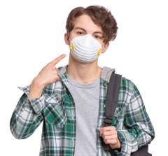 Estudante de máscara