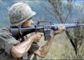Soldado americano fardado com arma empunhada