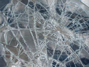 Vidro quebrado – exemplo de composto covalente com baixa tenacidade