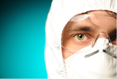 Os trabalhadores nas fábricas de amianto usam equipamentos de proteção individual