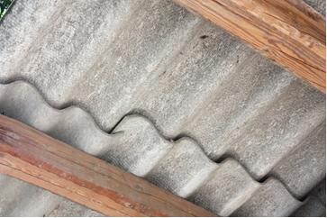 Telhas de amianto são muito usadas por causa de seu baixo custo