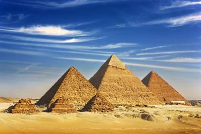 A Grande Pirâmide de Gizé, ao centro