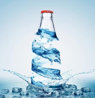 Uma garrafa cheia da água e fechada é rompida quando colocada no congelador em razão do aumento de volume da água na solidificação