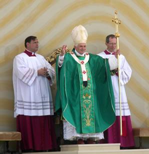 Bento XVI governou a Igreja apoiado pelas forças conservadoras, mas as denúncias de pedofilia e as disputas políticas podem ter gerado sua renúncia.**