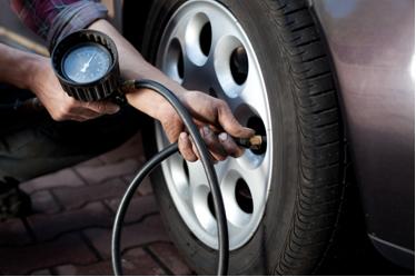 A soma das pressões parciais do nitrogênio e do oxigênio presentes no ar fornece a pressão total da mistura gasosa dentro do pneu calibrado