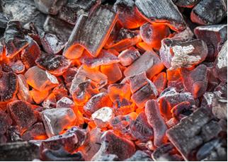 O carvão vegetal é feito pela combustão incompleta da madeira ao se controlar a entrada de ar