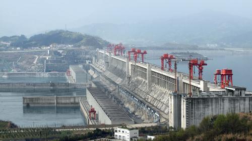 Três Gargantas – a maior hidrelétrica do mundo, mas deixou milhares de pessoas desabrigadas, além de ter gerado uma grande perda de biodiversidade