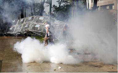 Os componentes do gás lacrimogêneo lançado pelos policiais ficam no ar