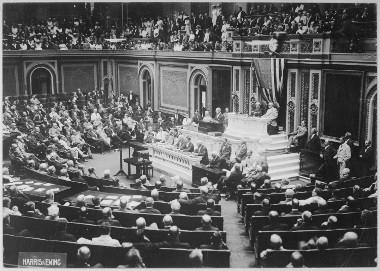 O presidente dos EUA, Woodrow Wilson, anunciando no Congresso dos EUA a ruptura das relações oficiais com a Alemanha *