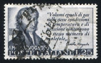 Selo impresso na Itália mostra Amedeo Avogadro e o enunciado de sua lei, em 1956*