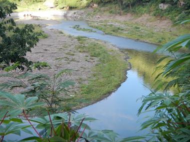 Exemplo de rio com estágio avançado de assoreamento, com a redefinição de suas margens