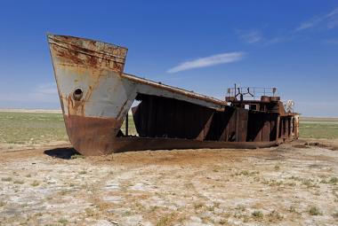 Área seca do Mar de Aral no Cazaquistão. A salinidade do solo, nesse caso, é muito elevada