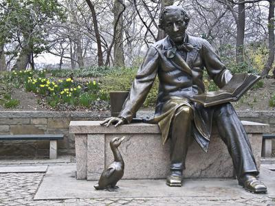 A estátua de Hans Christian Andersen foi erguida no Central Park, Nova Iorque, no ano de 1956 em comemoração aos 150 anos de seu nascimento