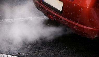 O excesso de veículos gera poluição e prejudica a mobilidade urbana