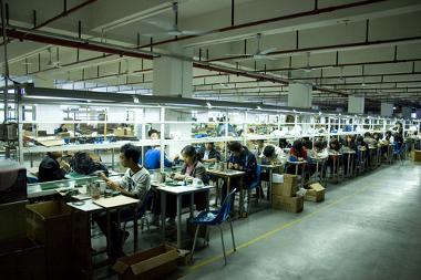 Linha de produção na fabricação de fones de ouvido em Shenzhen, China ¹