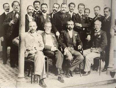 Olavo Bilac entre os membros-fundadores da Academia Brasileira de Letras (em pé, o quarto da esquerda para a direita)
