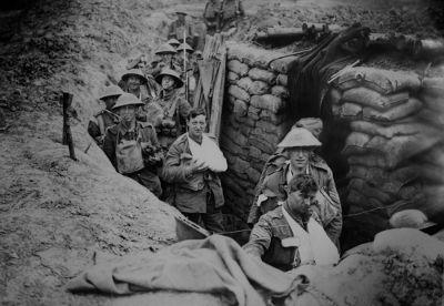 Soldados ingleses entrincheirados durante a Primeira Guerra Mundial