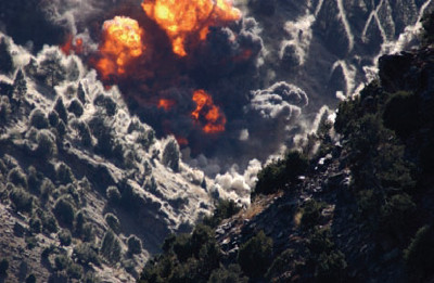Bombardeio em Tora Bora, onde se esconderam membros do grupo terrorista Al-Qaeda