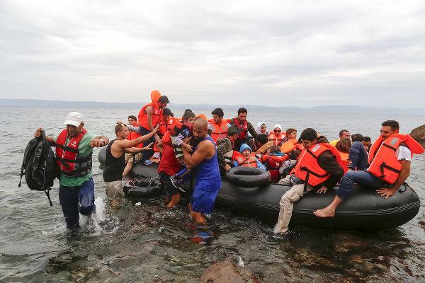 Milhares de migrantes, muitos da Síria, Iraque e Afeganistão, realizam a travessia do mar Egeu, da Turquia, para chegar às ilhas gregas – porta de entrada da Europa *