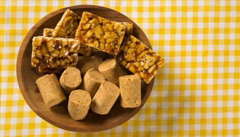Entre as guloseimas feitas com amendoim estão o pé de moleque e paçoca