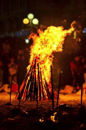 A fogueira é elemento indispensável para realizar as simpatias de São João
