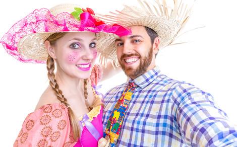 Chapéu de palha, trança no cabelo e camisa xadrez fazem parte da caracterização da Festa Junina