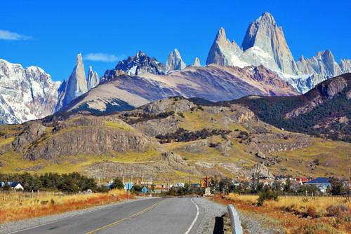 A Cordilheira dos Andes é uma extensa cadeia montanhosa que abrange sete países: Venezuela, Colômbia, Equador, Peru, Bolívia, Chile e Argentina