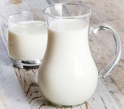 O leite é uma mistura heterogênea porque possui uma fase líquida (água) e uma fase sólida (gordura)