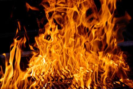 A combustão do carvão em uma churrasqueira é um exemplo de fenômeno químico