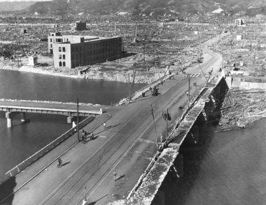 Cidade de Hiroshima um mês após a explosão da ogiva nuclear, que ocorreu em 1945
