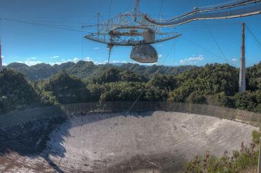 O radiotelescópio do Observatório de Arecibo, em Porto Rico, é um dos maiores do mundo *