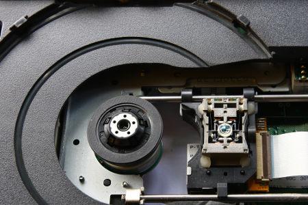 A leitura de Cds e DVDs é feita com a incidência de um laser sobre as regiões com e sem ranhuras dos discos