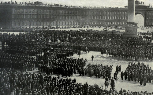 Reunião de tropas durante a Revolução de Outubro. Ao fundo está o Palácio de Inverno, em São Petersburgo