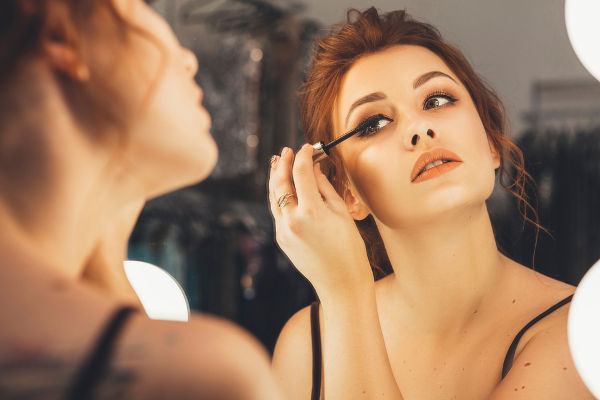 Maquiagens também podem transmitir doenças. Ao compartilhar rímel, lápis de olho ou delineador, podemos contrair, por exemplo, conjuntivite