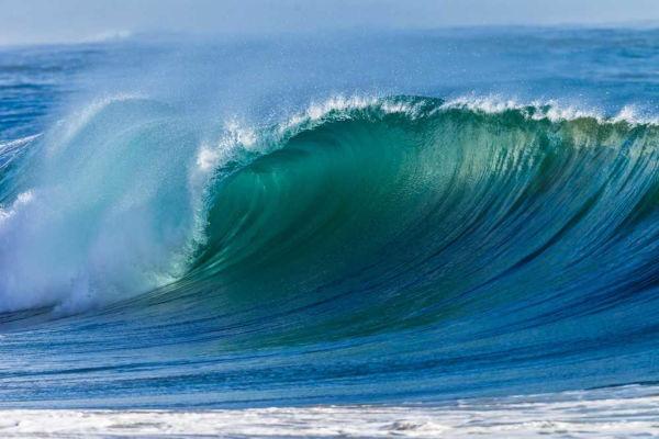 A força das ondas é usada para produção de eletricidade.