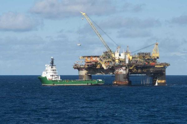 Plataforma de exploração de petróleo na Bacia de Campos.