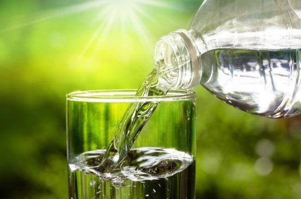 Assim como outros seres vivos, os seres humanos precisam de água para o funcionamento de seu corpo.