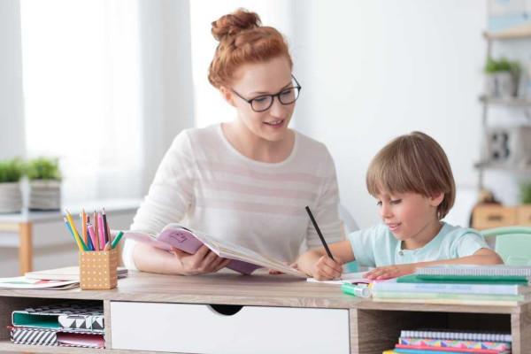 A educação vai além da educação formal nas escolas, abrangendo também os âmbitos familiar e social.