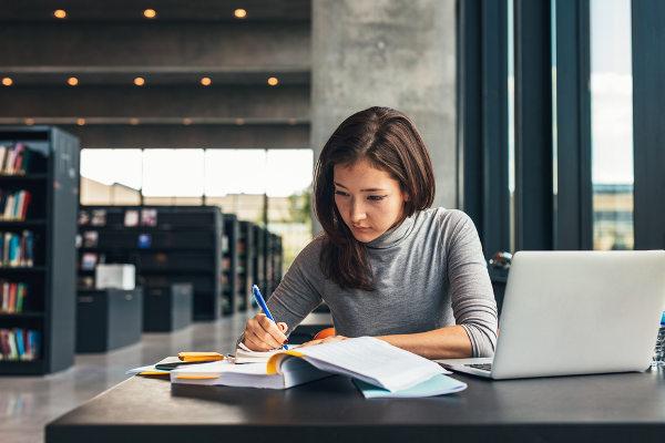 Estudar em uma biblioteca pode ser uma boa opção para evitar distrações e interrupções.