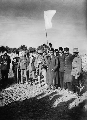 Hajj Amin al-Husseini (segurando a bandeira branca), mufti de Jerusalém durante os anos da Primeira Guerra Mundial.*