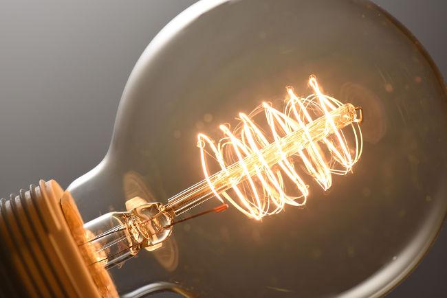O efeito Joule é a base do funcionamento da lâmpada incandescente: a transferência de energia dos elétrons para os átomos causa um grande aquecimento do fio.