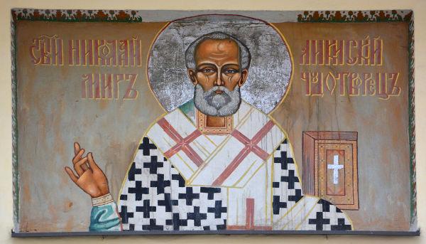 São Nicolau era um bispo que ficou conhecido por ser caridoso e por ajudar crianças pobres e órfãs.*