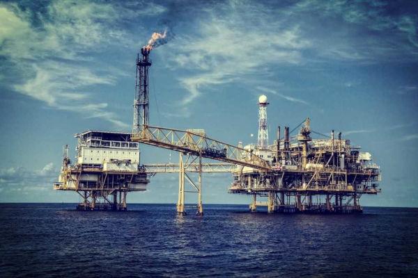 O petróleo é um combustível fóssil extraído de áreas continentais e oceânicas.