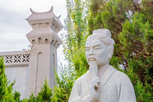 Escultura de Confúcio, sábio chinês do século VI a.C. que formulou doutrinas filosóficas e morais.
