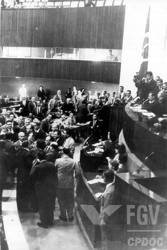 Congressistas reunidos em 1º de abril de 1964, dia do golpe militar. (Créditos: FGV/CPDOC)