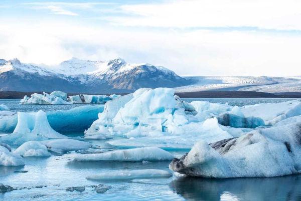 As geleiras e os fenômenos relacionados à água no seu estado sólido são estudados pela Glaciologia.