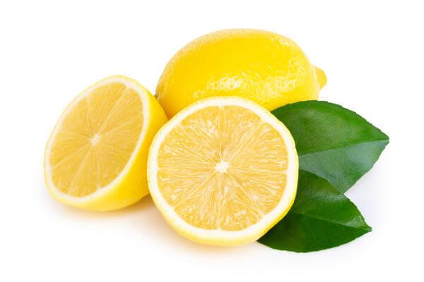O limão é um fruto do limoeiro.