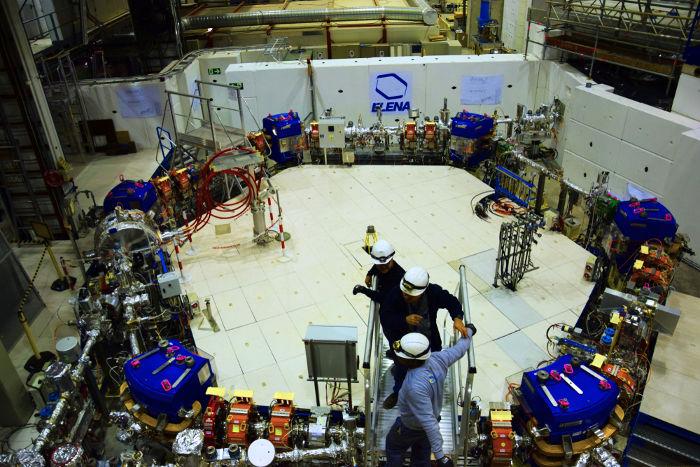 É possível produzir antimatéria em aceleradores de partículas.