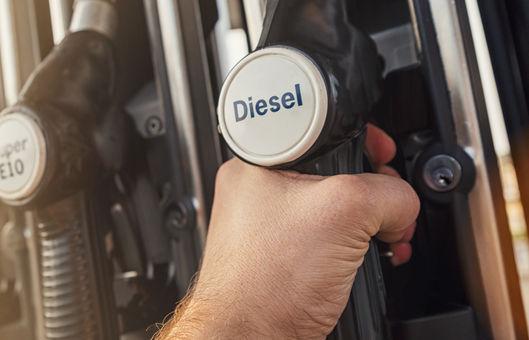 O óleo diesel usado, principalmente, no transporte é um dos derivados do petróleo.