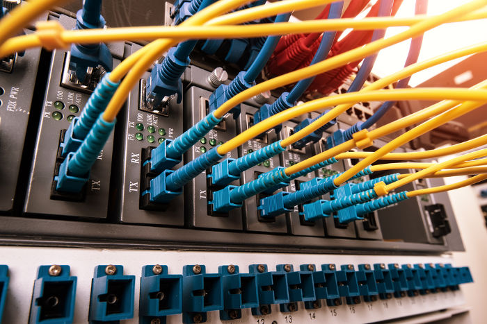 As fibras ópticas podem ser usadas para a transmissão de internet.
